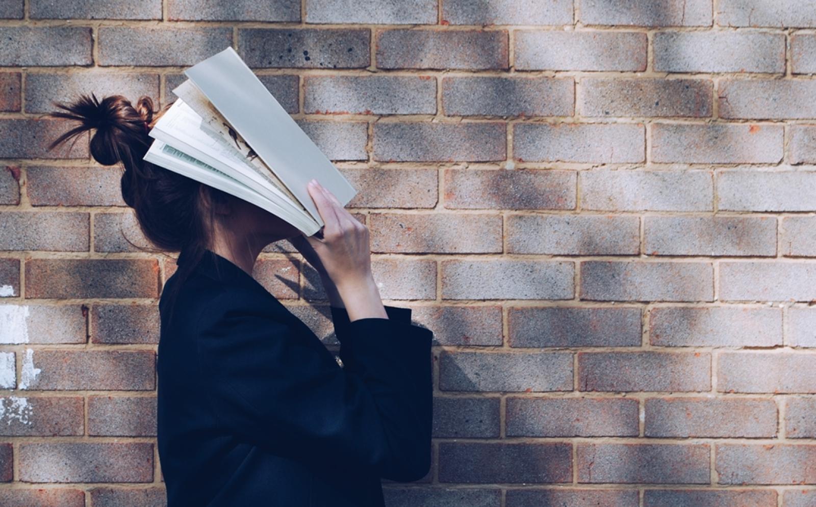 顔を本に沈める女学生